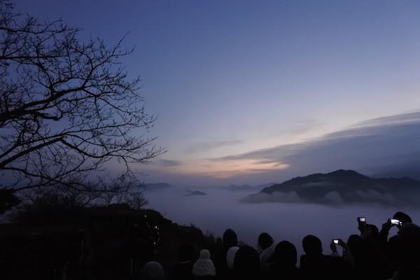 濃い雲海とグラデーションの空が幻想的