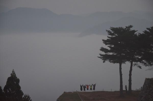 雲海をバックにお母さんメンバー5人がジャンプ