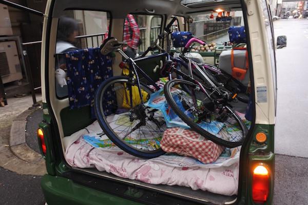 2台の自転車をミニバスに積み込む