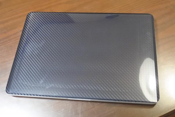 パソコン本体のサイズよりも小さく(各辺15mmほど空けて)カット