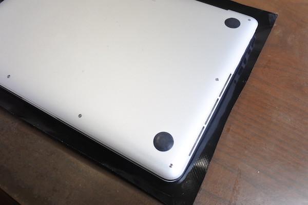 カッティングシートをMacBookProに貼り付け