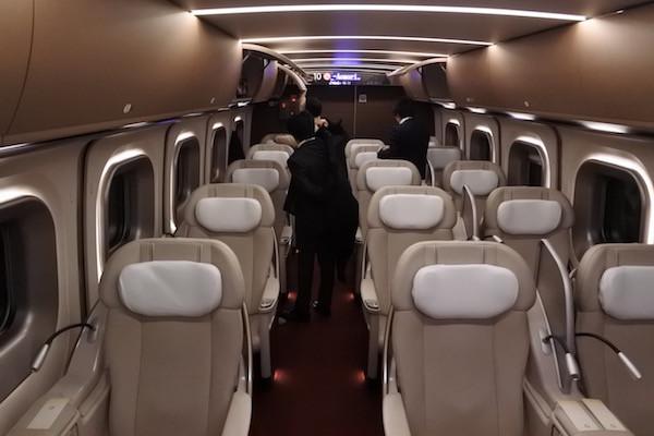 飛行機のビジネクスクラスのような3列シート