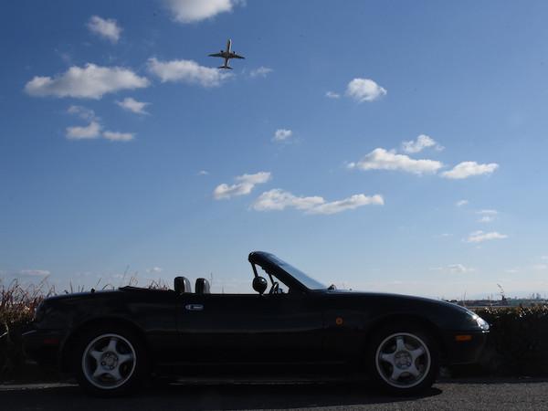 離陸後の飛行機を下から見上げる