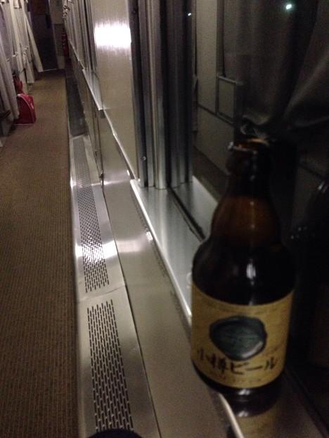 Photos: 札幌のえみつん味噌ラーメン屋さんの空とさっきまで飲んでたサッポロクラシック2本に引き続き、次に飲むのはさっき小樽で買ってきた小樽ビールのピルスナータイプ。 #CA_160214