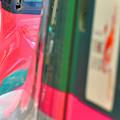 写真: 赤いスーパーこまちと緑のはやぶさ
