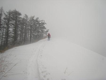 吹雪の中を下山中