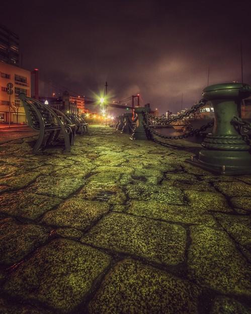 夜の渡船場で