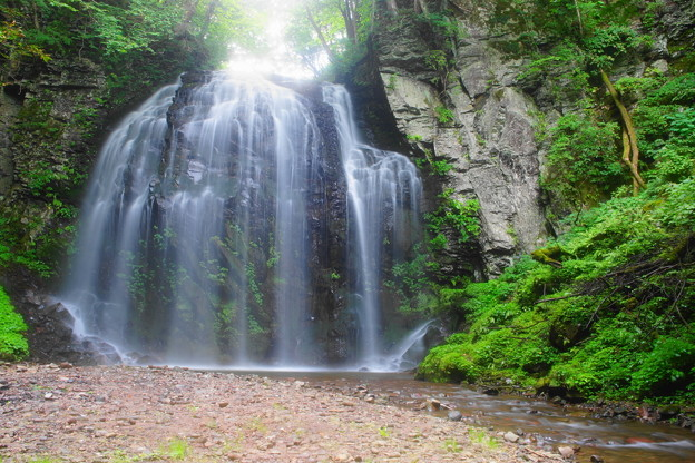 「不動滝とそびえ立つ岩壁」(1)