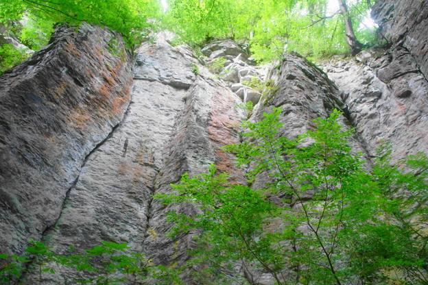 「不動滝とそびえ立つ岩壁」(2)