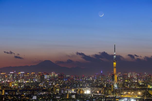 富士山とスカイツリーと月と
