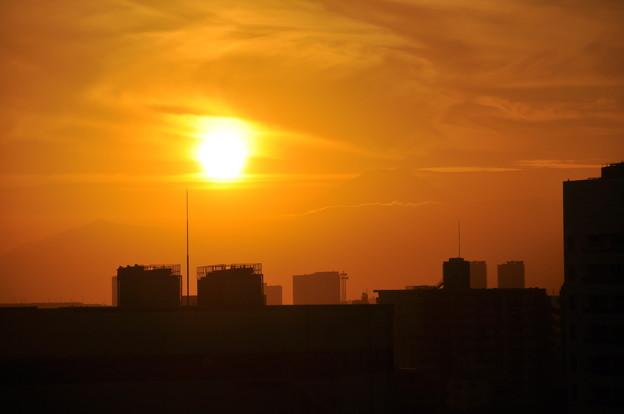 昨日の夕陽と薄らと富士山