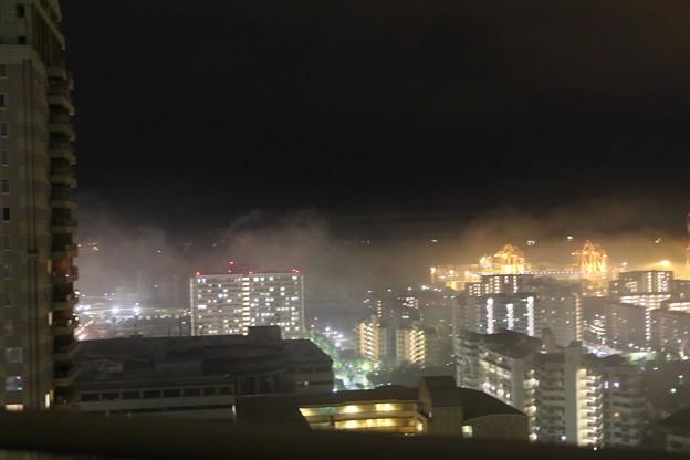 六甲アイランドの街が霧に包まれ