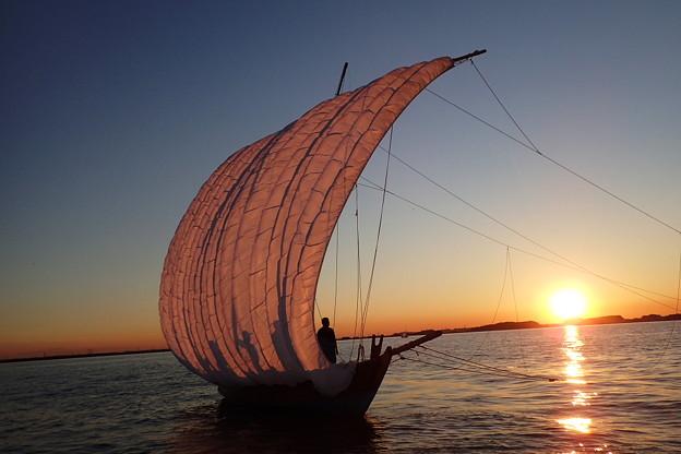 夕暮れの帆引き船