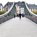 写真: 鍵だらけの橋