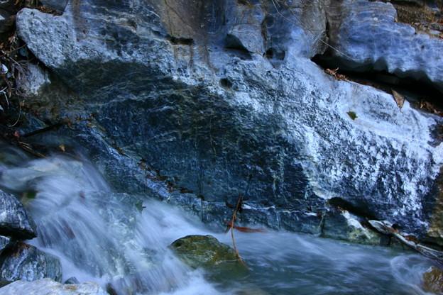 石灰山口の青い川