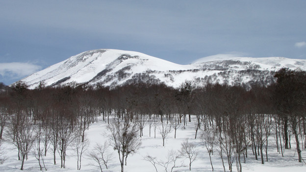 姥が岳と雲懸かる月山