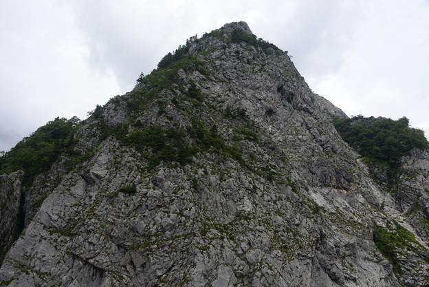 間近で見る大岩壁