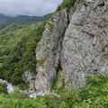 岸壁の下を流れる小滝川