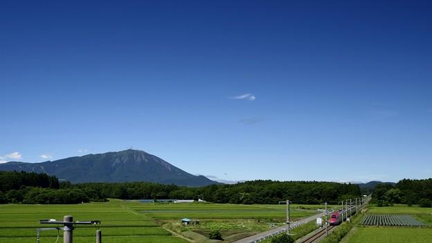 Photos: 秋田新幹線こまちと岩手山 180808 (1600x900)