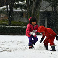 写真: 雪遊びきょうだい