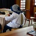 写真: 読書の好きなおばあちゃん