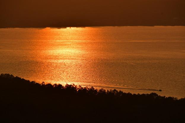 写真: 夕陽色の湖