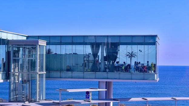 写真: 海に浮くようなカフェ