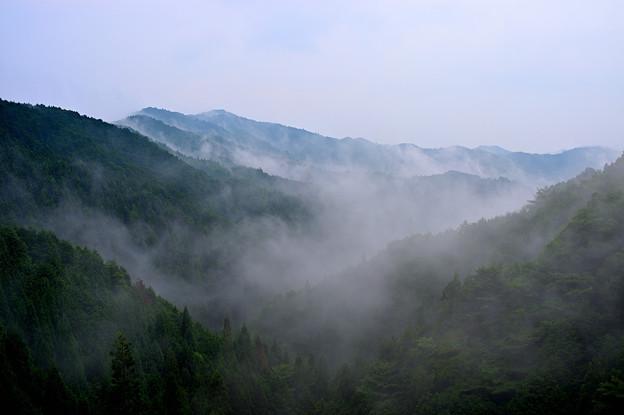 雨降る霧の山々