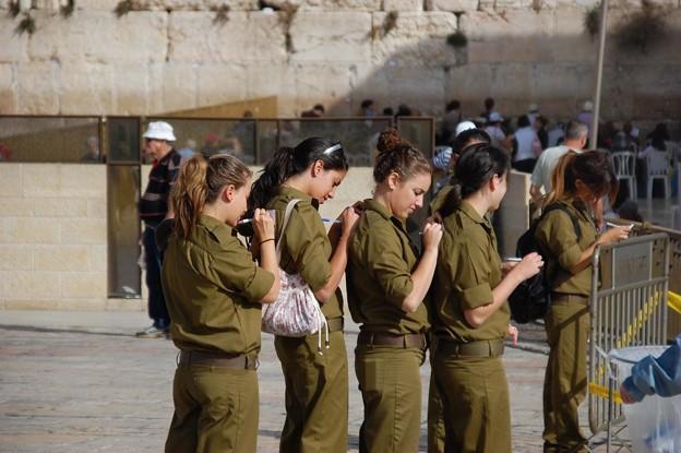 イスラエルはなぜ美人が多いのか・話題の美人の軍人|コンテスト